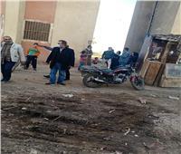 رئيس مركز ملوى يتفقد أعمال كسر ماسورة الصرف الصحى بشارع المصرف القبلى
