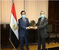 وزير الكهرباء يتسلم جائزة أفضل مشروع حكومي عربي  صور