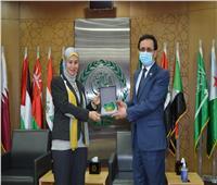 نهى السيد تتسلم جائزة أفضل موظفة حكومية عربية