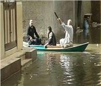 الأمطار تغرق شوارع كفر الشيخ.. والمراكب وسيلة الوصول للمنازل