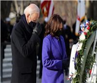 بايدن يضع إكليل الزهور على قبر الجندي المجهول بـ«أرلنجتون» | صور