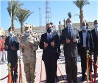 اللواء عمرو حنفي يضع إكليلاً من الزهور علي النصب التذكاري بالغردقة