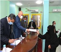 محافظ قنا يسلم 63 عقد إيجار وحدة سكنية للأسر الأولى بالرعاية في دشنا