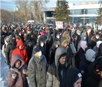المتظاهرون في روسيا يلقون الثلج وقنابل دخان على الشرطة