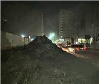 تجريد ورفع الإشغالات بحي الهرم تمهيدًا لرصف طريق المنشية.. صور