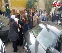 انهيار أحد أقارب «عبلة الكحلاوي» في وداعها لمثواها الأخير.. فيديو