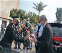 محافظ القليوبية يوزع الورود على رجال الشرطة في الشوارع| صور