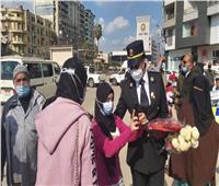 صور| مدير أمن الدقهلية وقيادات المرور يوزعون الورود على المواطنين