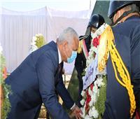 عيد الشرطة| محافظ السويس يضع إكليل الزهور على النصب التذكاري