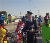 مرور السويس يوزع هدايا وورود على المواطنين في عيد الشرطة