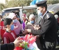«أمن الشرقية» يقدمون الورود والحلوي للمواطنينبمناسبة عيد الشرطة