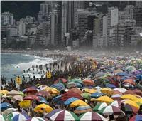 البرازيل تقاوم كورونا بـ«المايوه والشمسية» | صور