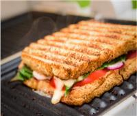 فطارك عندنا.. ساندوتش سلامي بالبيض والجبنة مع عصير برتقال