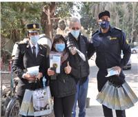 «الداخلية» تحتفل بعيد الشرطة مع المواطنين بالابتسامة والورود والشيكولاتة.. صور