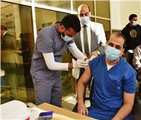 بدء تطعيم الأطقم الطبية داخل 12 مستشفي بأسوان