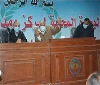 محافظ الوادي الجديد يعقد اجتماعا مع رؤساء قرى مركز الفرافرة