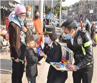 بمناسبة عيد الشرطة.. رجال أمن القاهرة يواصلون توزيع الهدايا على المواطنين | صور