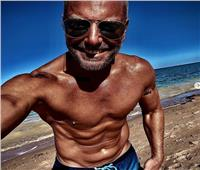 تامر هجرس يشعل «إنستجرام» بصور على البحر مع أسرته