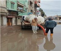 جهود مكثفة لتصريف مياه الأمطار بشوارع كفر الدوار