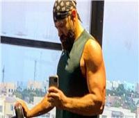 عمرو يوسف يستعرض لياقته البدنية في «الجيم» | فيديو