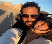 رومانسية كريم فهمي وزوجته أمام الأهرامات.. وتعليق ساخر لشقيقه