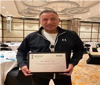 الخطيب يتسلم شهادة «الفيفا» الخاصة بمشاركة الأهلي في كأس العالم للأندية