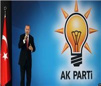 اشتباكات بالأيادي بين أعضاء حزب أردوغان خلال مؤتمرٍ انتخابي.. فيديو