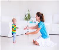 4 طرق تساعد طفلك على «التسنين والجلوس والمشي» سريعا