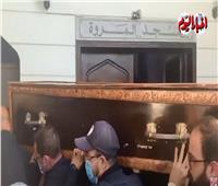شاهد  لحظة وصول جثمان الراحل عزت العلايلي لمسجد المروة