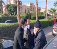 خالد النبوي يمنع رشوان توفيق من حضور دفن جثمان عزت العلايلي| فيديو