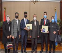 محافظ الإسكندرية يكرم الطالبين الفائزين في مسابقة تايوان العالمية