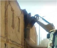 إزالة منزل آيل للسقوط بواحة باريس في الوادي الجديد