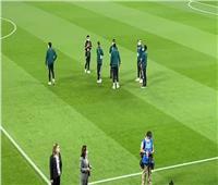 لاعبو البايرن يتفقدون أرض الملعب استعدادا للقاء الأهلي