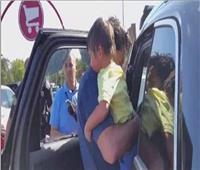 لحظات رعب | سقوط أم وطفلها أسفل سيارة وهذا ما فعله المارة