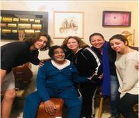 إلهام شاهين وشقيقتها في منزل محمد منير