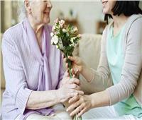 «برواز وفيلم قديم وباقة ورود».. أبرز هدايا عيد الحب لكبار السن