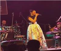 فيديو.. لقاء الخميسي تغني لـ «فضل شاكر» بساقية الصاوي