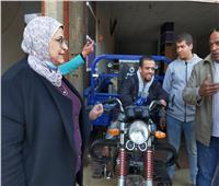 «سرور» تدعم أسرة بساقية أبوشعرة فى «أشمون» ضمن مبادرة «حياة كريمة»