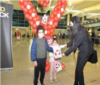 مصر للطيران تحتفل مع عملائها في مطار القاهرة بمناسبة عيد الحب.. صور