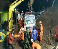 العثور على 10 جثامين وفقدان 9 أشخاص إثر انهيارات أرضية بإندونيسيا