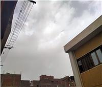 سحب وغيوم كثيفة على أسيوط مصحوبة بـ«عاصفة ترابية»
