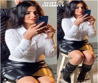 «بجيبة جلد حتى الركبة» .. منى زكي تشعل مواقع التواصل الاجتماعي