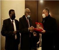 الخطيب يتبادل الدروع مع السفير السوداني بالقاهرة ونائب رئيس المريخ