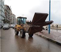 توابع الطقس السيئ.. رفع 6 لوحات إعلانات آيلة للسقوط بالإسكندرية | صور