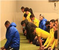 صور| لاعبو الإسماعيلي يؤدون صلاة المغرب باستاد القاهرة