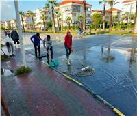 الدفع بسيارات «الكسح» لرفع مياه الأمطار المتراكمة بدمياط