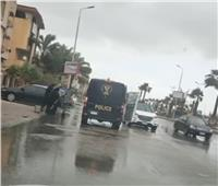 توصيل سيدة مسنة بسيارة الشرطة لحمايتها من الطقس السيئ بدمياط