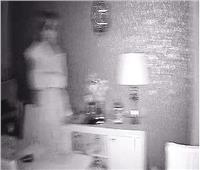 «صدمة زوجين».. كاميرات المراقبة تكشف «شبح عروس» تتجول ليلًا في منزلهما