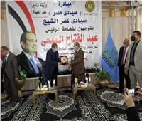 وزير القوى العاملة ومحافظ كفر الشيخ  يسلمان 9317 وثيقة تأمين للصيادين | صور
