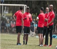 «موسيماني» يجتمع بالجهاز المعاون على هامش مران الأهلي في تنزانيا